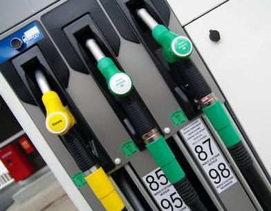 Prix des carburants : les hausses du pétrole brut appliquées immédiatement, pour les baisses, faudra voir...